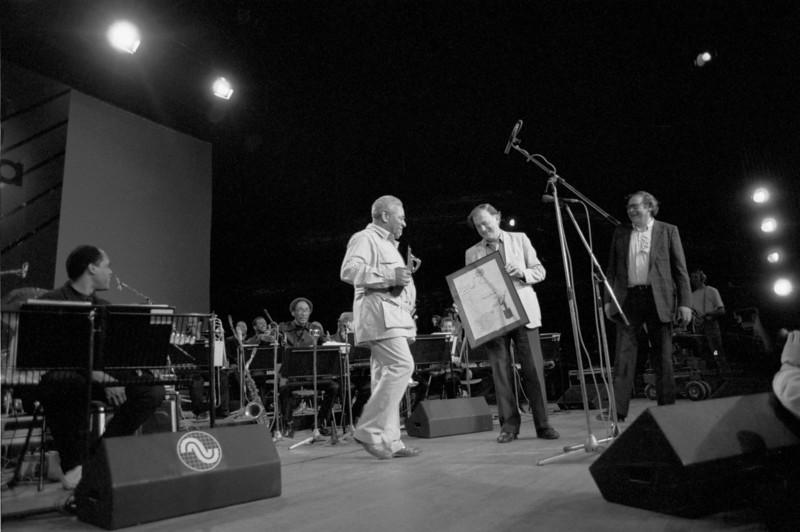 DIZZY GILLESPIE receives Bird Award from MIKE HENNESSEY