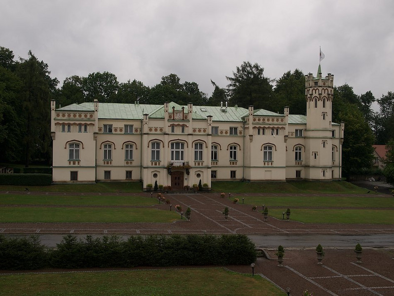 The main building of the old castle, now the main house of a four star spa hotel. The whole park was sold for 35 000$ and refurnished into what it is today. (Foto: Geir)