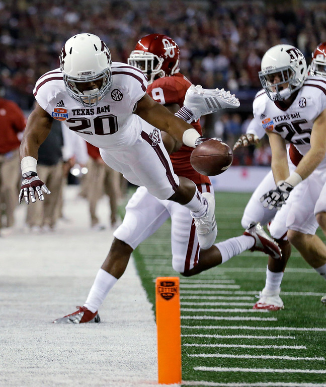 . Texas A&M\'s Trey Williams (20) tries but fails to get the ball into the end zone on a running play as Ryan Swope (25) and Oklahoma defensive back Gabe Lynn (9) watch in the first half of the Cotton Bowl NCAA college football game Friday, Jan. 4, 2013, in Arlington, Texas. (AP Photo/LM Otero)