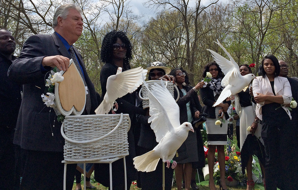 . BALTIMORE, MD - APRIL 27:  Freddie Gray\'s mother Gloria Darden (2nd L) looks on as doves are released during Gray\'s graveside service at Woodlawn Cemetery April 27, 2015 in Baltimore, Maryland. Gray, 25, was arrested for possessing a switch blade knife April 12 outside the Gilmor Homes housing project on Baltimore\'s west side. According to his attorney, Gray died a week later in the hospital from a severe spinal cord injury he received while in police custody.  (Photo by Chip Somodevilla/Getty Images)