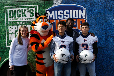 Tony the Tiger, Tomlinson announce grant for middle-schools