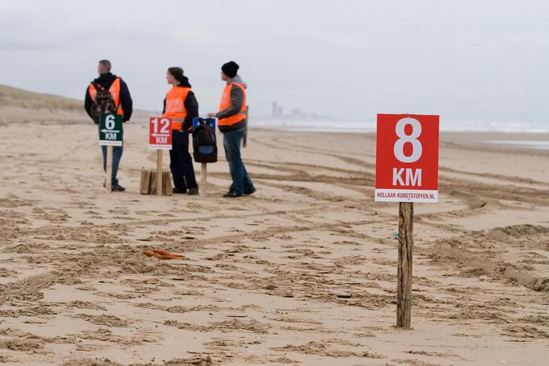 NK Veldloop voor Gemeenteambtenaren 2008. De eerste kilometers van de veldloop gingen over het strand, waarna de duinen over moest worden geklommen.
