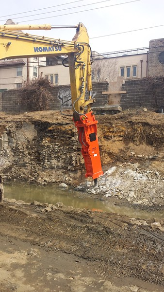 NPK GH40 hydraulic hammer on Komatsu excavator (5).jpg