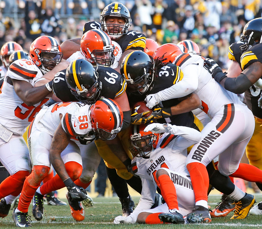 . Pittsburgh Steelers running back DeAngelo Williams (34) pushes his way across the goal line for a touchdown during the second half of an NFL football game against the Cleveland Browns in Pittsburgh, Sunday, Jan. 1, 2017. (AP Photo/Jared Wickerham)