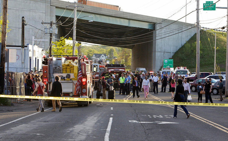 . Emergency personnel and onlookers gather at the scene of a collision of two commuter trains in Bridgeport, Connecticut May 17, 2013. Some 20 to 25 people were injured on Friday when two trains collided on a commuter line near Fairfield, Connecticut, but there were no reports of fatalities, police and transit authorities said on Friday. The accident occurred when an eastbound train on the Metro North Railroad derailed and collided with a westbound train near Fairfield, said Metropolitan Transit Authority spokesman Aaron Donovan. REUTERS/ Michelle McLoughlin