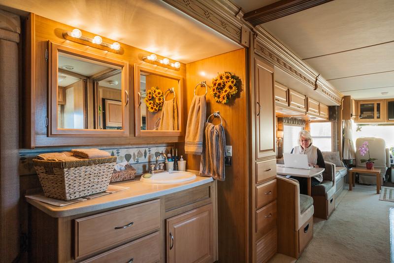 Wastafel tussen slaapkamer en woongedeelte. Washbasin between bedroom and living area.