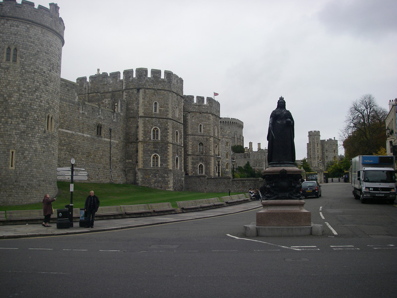 A statue of the Queen in front of the castle (can you tell just how massive this building is?)