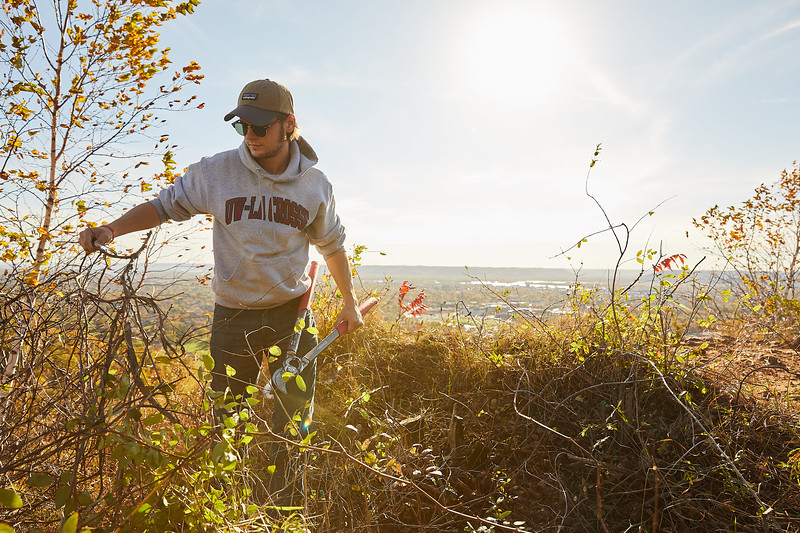 2017_UWL_Fall_Miller_Bluff_Invasive_Species_Removal_MVC_Geography_0025.jpg