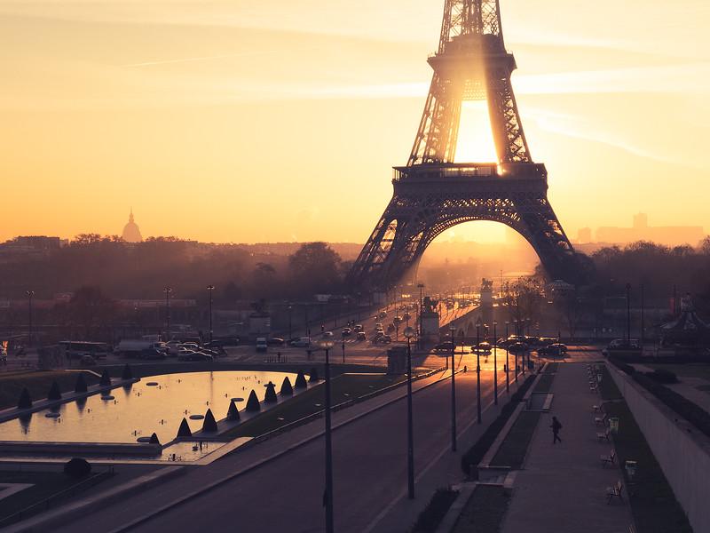 Tour Eiffel contre jour.jpg