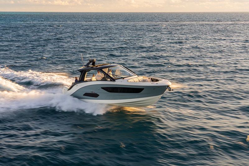2021-Sundancer-370-Outboard-DAO370-running-starboard-bow-three-quarter-06327.jpg