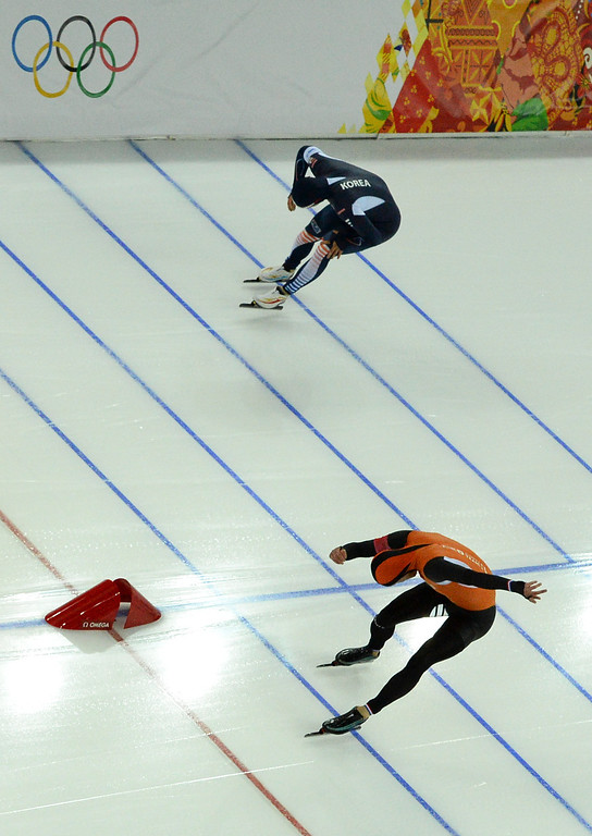 . Gold medallist Michel Mulder of the Netherlands finishes ahead of South Korea\'s Mo Tae-bum in  the second heat of the men\'s 500-meter speedskating race at the Adler Arena Skating Center at the 2014 Winter Olympics, Monday, Feb. 10, 2014, in Sochi, Russia. (AP Photo/Antonin Thuillier, Pool)