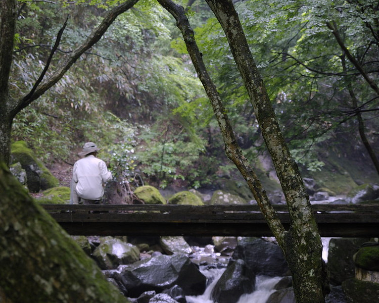 Seishi, taking pictures of the Hayakawa river at Chiseino taki.