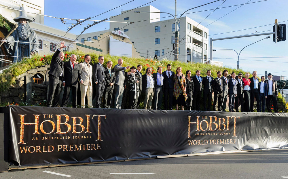 Description of . New Zealand director Peter Jackson (9th from L) and cast members pose on a stage at the world premiere of 'The Hobbit - An Unexpected Journey' in Wellington November 28, 2012.    REUTERS/Mark Coote
