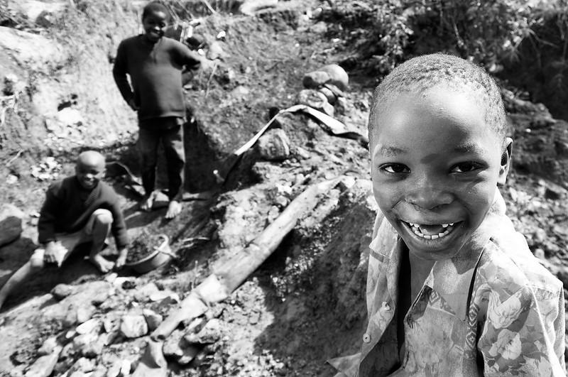 2008-28. Kids, washing gold in Manica.