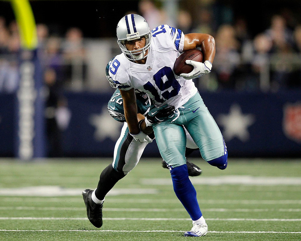 . Dallas Cowboys wide receiver Miles Austin (front) carries the ball as Philadelphia Eagles corner back Brandon Boykin tries to make the tackle first half of their NFL football game in Arlington, Texas December 2, 2012.  REUTERS/Mike Stone
