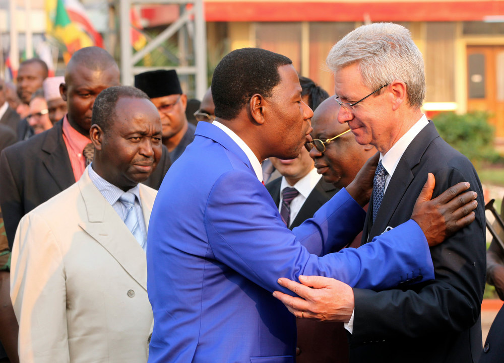 . Chairman of the African Union and President of Benin Thomas Yayi Boni (C) greets the French ambassador to Central Africa Republic Serge Mucetti (R) while President of Central African Republic Francois Bozize (L) looks on at the airport in Bangui December 30, 2012. Bozize said on Sunday he was ready to share power with the leaders of a rebellion that has swept aside government defences to within striking distance of the capital. REUTERS/Luc Gnago