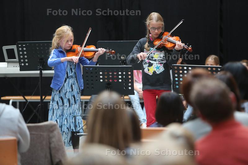 Kinderconcert bij de VAK - Amber en Looka op viool - DELFT 31 OKTOBER 2015 - FOTO NICO SCHOUTEN