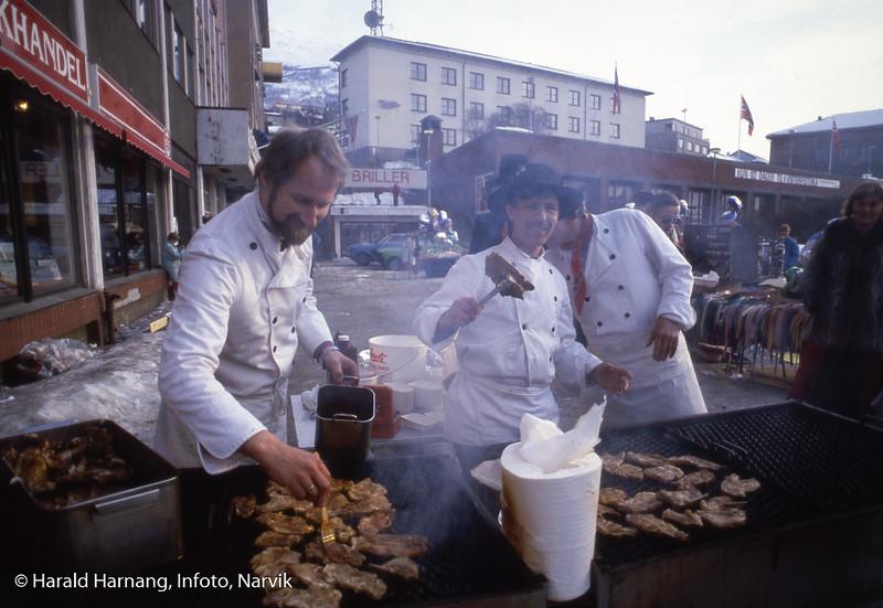 Vinterfesuka, kokkenes mesterlaug griller kjøtt utenfor Malmen.