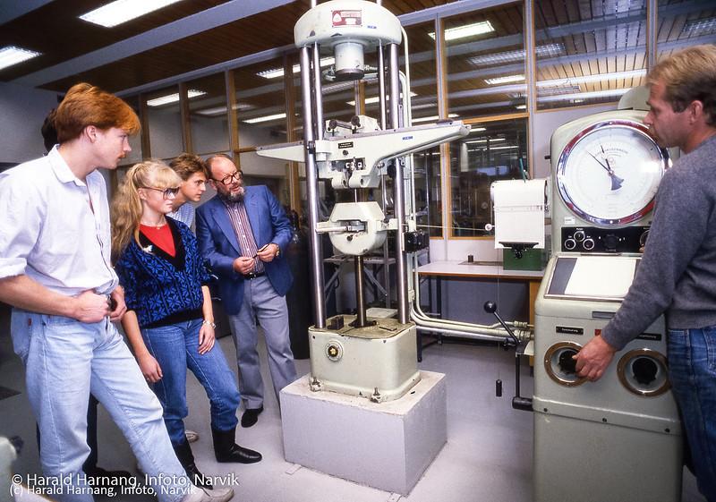 Materialprøvelab. Lærer Fostervold. Til høyre lab-ass: XX Narvik ingeniørhøgskole. Bilde tatt til slides-serie for å promotere skolen i ulike sammenhenger.