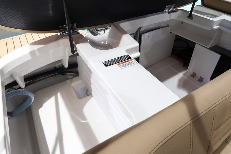 2020-SPX-190-Outboard-Europe-Storage-compartment-stern-1.jpg