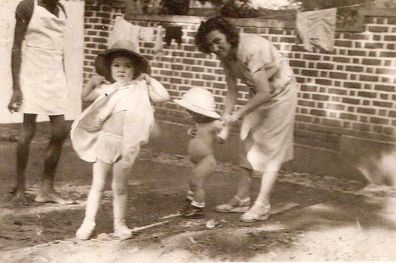 """1950 D. Maria Adelaide """"Vitor Santos """" e filhos Jorge e Tininha no quintal"""