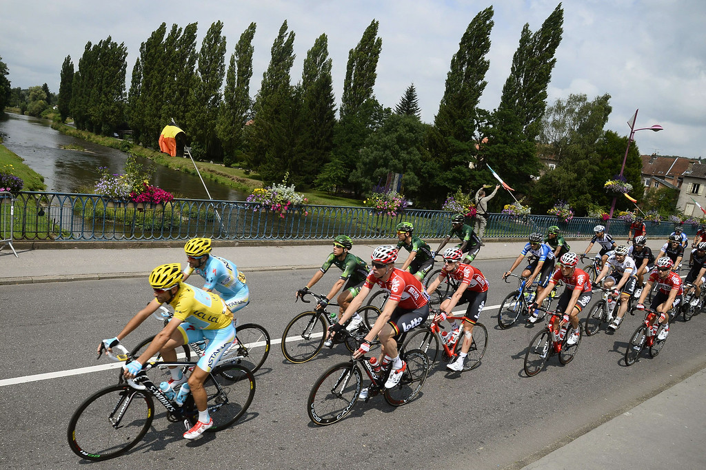 . Italy\'s Vincenzo Nibali (L) wearing the overall leader\'s yellow jersey rides in the pack on a bridge during the 161 km eighth stage of the 101st edition of the Tour de France cycling race on July 12, 2014 between Tomblaine and Gerardmer La Mauselaine, eastern France.  LIONEL BONAVENTURE/AFP/Getty Images