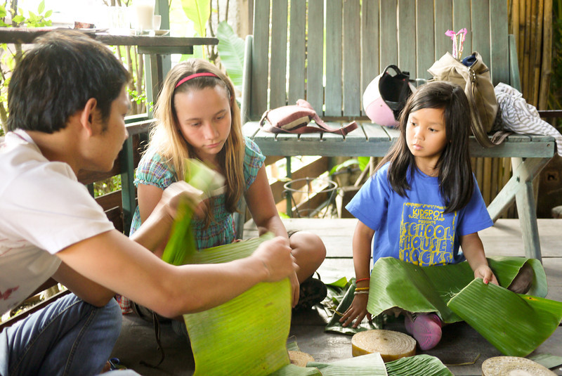 Making Krathongs at Akha Ama (23).jpg