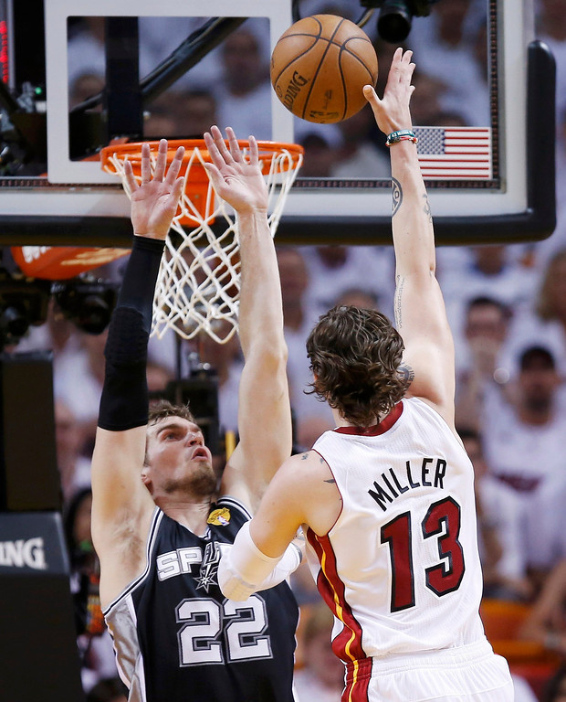. Miami Heat\'s Mike Miller (13) goes to the net on San Antonio Spurs\' Tiago Splitter during the first half in Game 1 of their NBA Finals basketball playoff in Miami, Florida June 6, 2013.  REUTERS/Mike Segar