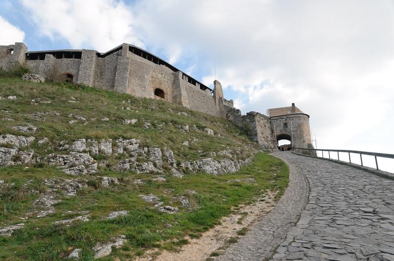 Die Burg Sümeg liegt in den Bergen nördlich vom Plattensee.