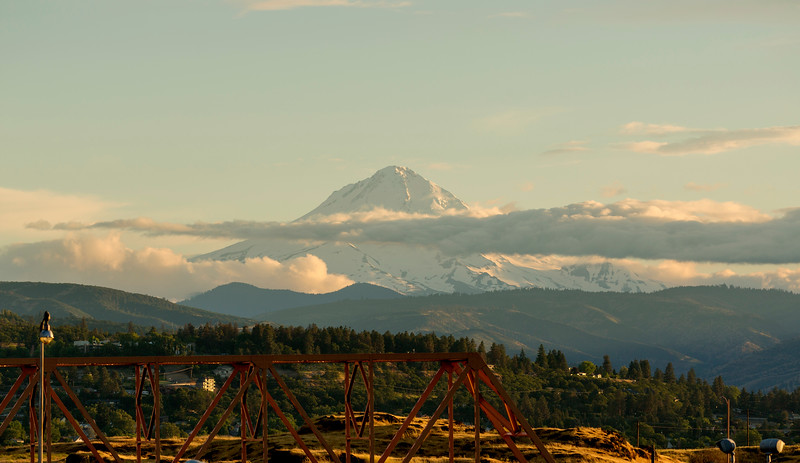 The evening light paints our backward look at Mt. Hood ...