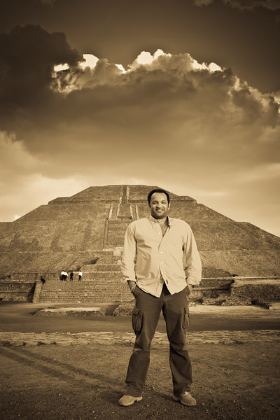 L'Artiste in the mystic Teotihuacan at sunset with the magnificent Piramide del Sol in the background. Thank you so much dear Felipe for this stunning capture !!