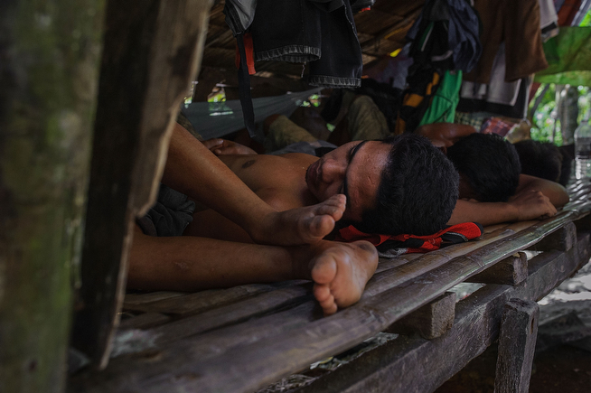 . Miners sleep during a midday break from work, on April 22, 2014 in Pinut-An, Philippines. (Photo by Luc Forsyth/Getty Images)