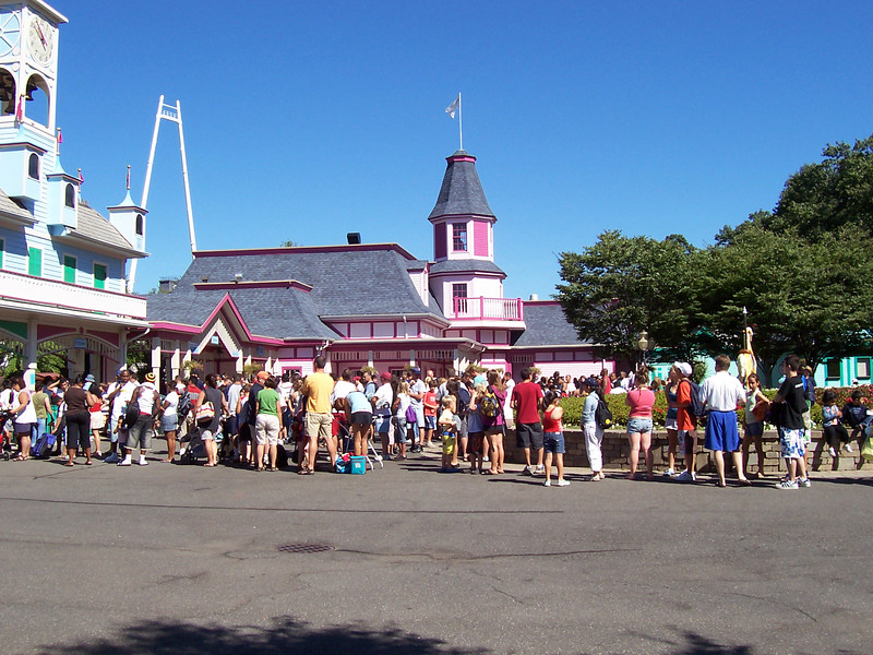 The line outside the park at 10:51am.