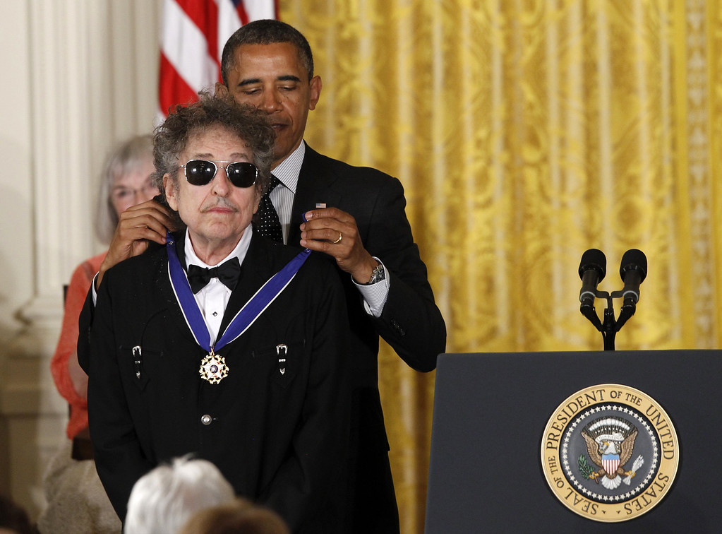 . President Barack Obama presents rock legend Bob Dylan with a Medal of Freedom,  Tuesday, May 29, 2012, during a ceremony at the White House in Washington.  (AP Photo/Charles Dharapak)
