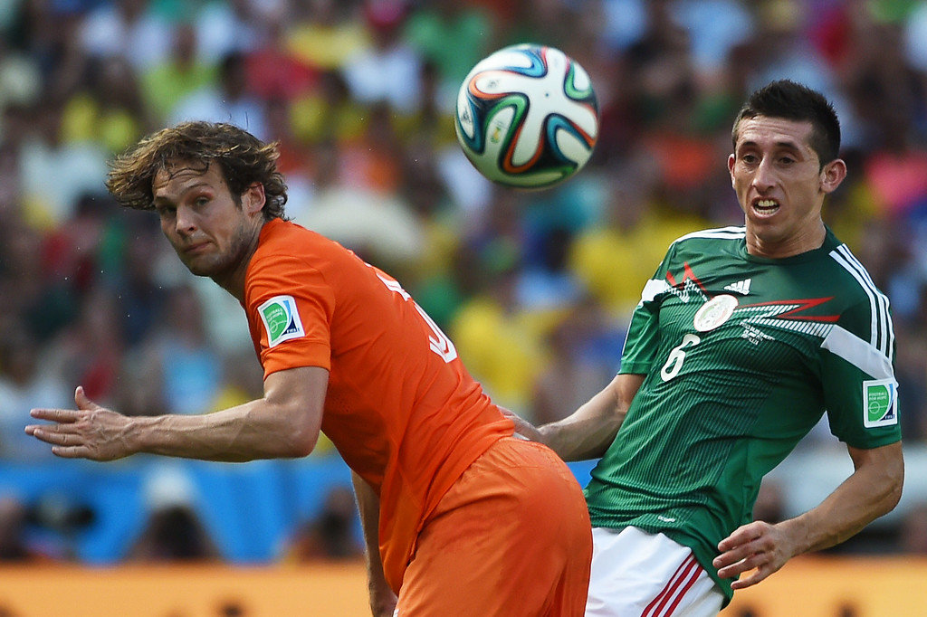 . Netherlands\' defender Daley Blind (L) vies with Mexico\'s midfielder Hector Herrera during a Round of 16 football match between Netherlands and Mexico at Castelao Stadium in Fortaleza during the 2014 FIFA World Cup on June 29, 2014.   AFP PHOTO/ YURI CORTEZ
