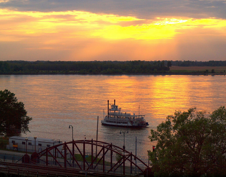 Sunset over the Mississippi - a truly memorable weekend with great friends