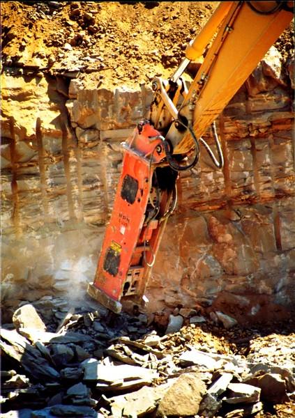 NPK E225 hydraulic hammer on Cat excavator (1).JPG