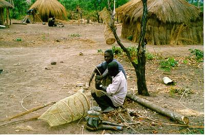 Artesaos da LUARTE em plena actividade Mussangueji 98