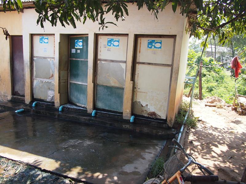 P2182053-bus-stop-toilet-kompongspeu.JPG