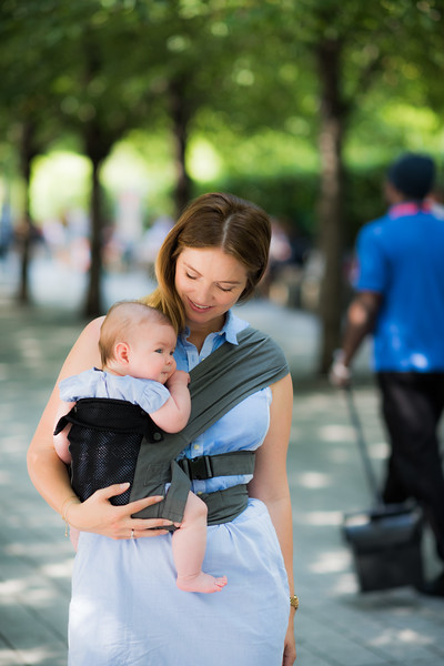 Izmi_Baby_Carrier_Breeze_Mid_Grey_Lifestyle_Side_Carry_Mum_In_Park.jpg