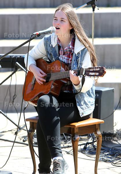 Koningsdag - Optredens in het Palensteinpark - Saskia Koks (18) leerling van Music Soalhouse - ZOETERMEER 27 APRIL 2015 - FOTO NICO SCHOUTEN