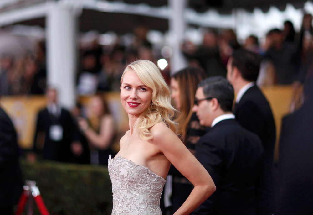 ". Actress Naomi Watts, from the film ""The Impossible\"", arrives at the 19th annual Screen Actors Guild Awards in Los Angeles, California January 27, 2013.  REUTERS/Mario Anzuoni (UNITED STATES  - Tags: ENTERTAINMENT)  (SAGAWARDS-ARRIVALS)"