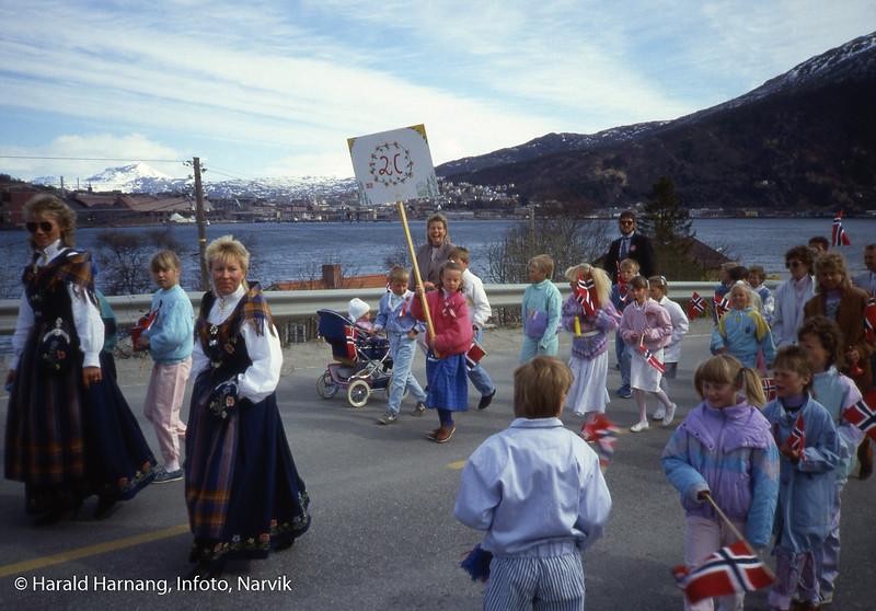 17. mai på Ankenesstrand. Piken som holder 2c-plakaten er Marie Kolflaath Harnang. Foto 1987.
