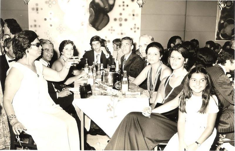 """Fim do Ano 73-74 casal Paiva Neto , Moreira Rato e filha Lili, casal Jorge Viegas e  filhos Jorge e """"Cenoura"""""""