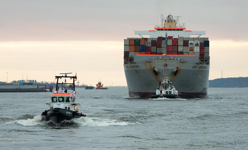 Containerschiff und Lotsenboot auf der Elbe in Hamburg