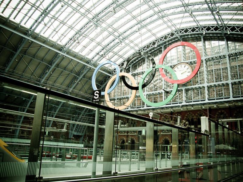 London train Olympic rings 2.jpg
