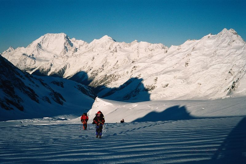 Returning from Tasman Saddle Hut. Mt Cook in the background. Erwin (left), Dianne. 22 Feb 04