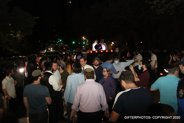 NY'ERS FED UP WITH ILLEGAL FIREWORKS HONK THEIR HORNS AT GRACIE MANSION