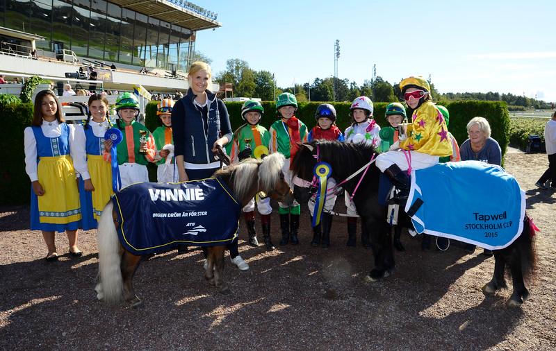 Bradstone Matrix och Thilde Smedberg tillsammans med Vinnie och dagens övriga ponnyryttare | Täby 150920 | Foto: Stefan Olsson / Svensk Galopp