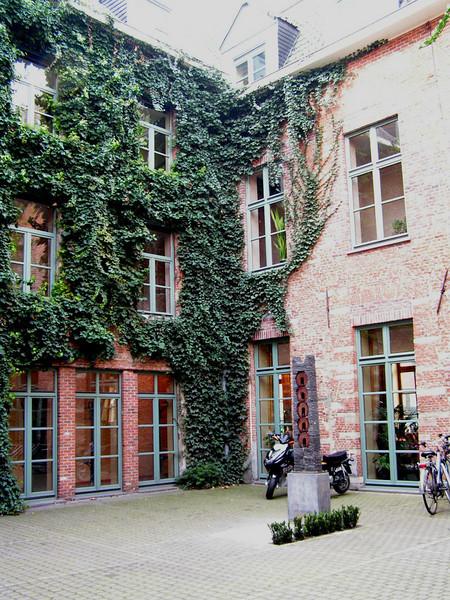 """""""Restaurant Hof van Villers"""" Met zijn idylisch kader langs de Dijle biedt het 'Hof van Villers' een oase van rust. De binnenkoer leent zich uitstekend voor recepties, temidden van de geklasseerde gevels."""